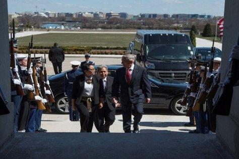 Menteri Pertahanan Amerika Serikat James Norman Mattis (kanan) menyambut kunjungan Menteri Luar Negeri Indonesia Retno LP Marsudi di Pentagon, Senin (2603) waktu Washington. Navy Petty O