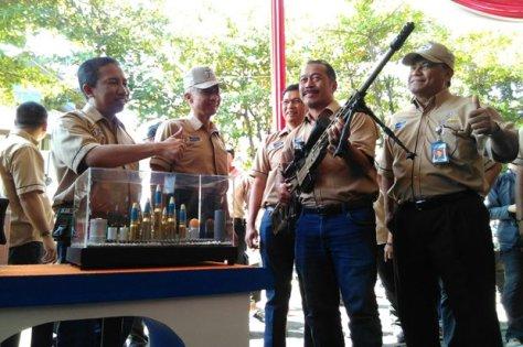 Direktur Utama PT Pindad (Persero) Abraham Mose (paling kanan) melihat hasil produksi Pindad dalam Perayaan 35 tahun Pindad di Kantor PT Pindad (Persero) Bandung, Jalan Kiara Condong, Ko