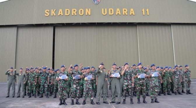 Komandan Skadron Udara 11 Berikan Penghargaan Karena Telah Berhasil Selamatkan Sukhoi