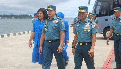 Laksamana Ade Supandi beserta ibu saat mengunjungi dermaga Lantamal XIV Sorong, Sabtu (2804)