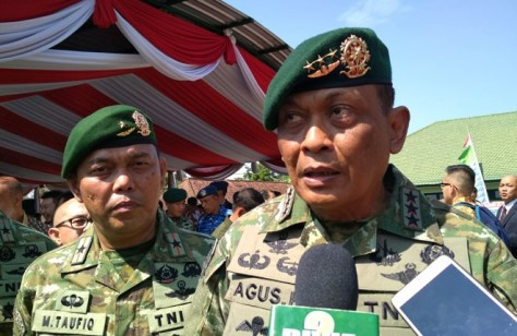 Pangkostrad Letjen TNI Agus Kriswanto (kanan) (JawaPos.com)