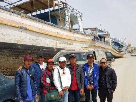 Salah-seorang korban penyanderaan, Ronny William, yang asal Jakarta, mengatakan selama enam bulan penyanderaan, kami bertahan hidup dengan menangkap ikan teri di sekitar kapal.