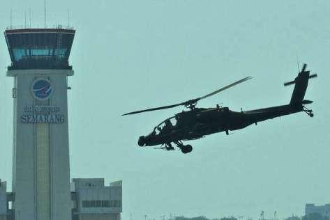 Apache AH-64E melakukan demonstrasi udara, di Lanumad Ahmad Yani, Semarang, Jawa Tengah. (Antara) 1