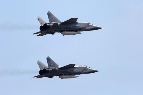 MiG-31K yang dilengkapi rudal hipersonik Kinzhal menjalani uji coba. (TASS)