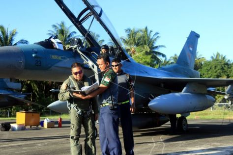 Penerbang pesawat tempur F-16 TNI Angkatan Udara dari Skuadron Udara 16 melakukan persiapan sebelum lepas landas dari Pangkalan TNI Angkatan Udara (Lanud) Pattimura, Ambon, Maluku, Mingg