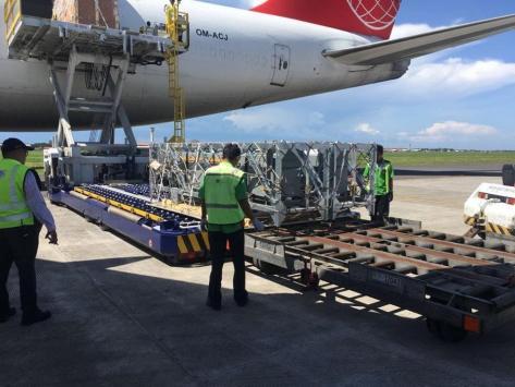 Photo kedatangan 3 unit VL MICA, 1 unit rudal Exocet dan suku cadangnya di Surabaya dari Chateauroux Perancis (10 05). (Famous Pacific Shipping Group) 3