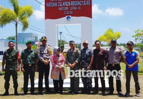 WAKIL Bupati Natuna Ngesti Yuni Suprapti bersama Danlanud Raden Sadjad saat berkunjung ke Pulau Subi, beberapa waktu lalu. (F. Aulia Rahman batampos.co.id)