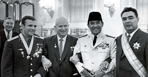 Dari kiri ke kanan kosmonot legendaris Uni Soviet Yuri Gagarin, Nikita Khruchev, Presiden RI Soekarno, dan Leonid Brezhnev di Kremlin, Moskow, Juni 1961. Sumber RIA Novosti