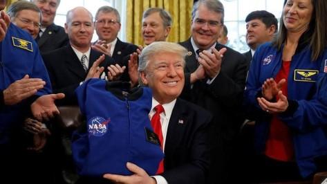 Donald Trump saat menandatangani pengucuran dana untuk NASA (Reuters)