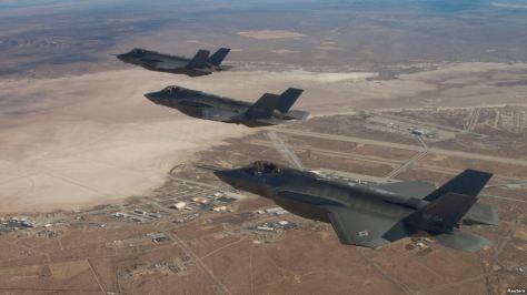 F-35 terbang melintas di atas Pangkalan Udara Edward, 10 Desember 2011. (Lockheed Martin)