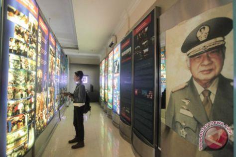 Pengunjung mengamati koleksi museum yang dipamerkan di Museum HM Soeharto, Kemusuk, Argomulyo, Sedayu, Bantul, DI Yogyakarta. (Antara)