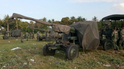 Persiapan latihan militer di tepi pantai Tamarunang, Kelurahan Pabiring, Kecamatan Binamu, Jeneponto, Kamis (2806). (Tribun Jeneponto)