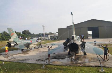 Personel Skadron Udara 16 Melaksanakan Tradisi Memandikan Pesawat Tempur F-16 (Istimewa)