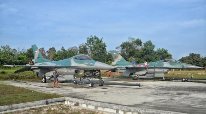 Personel Skadron Udara 16 Melaksanakan Tradisi Memandikan Pesawat Tempur F-16