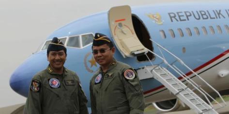 Pilot berfoto di depan pesawat kepresidenan Republik Indonesia di Bandara Halim Perdanakusuma, Jakarta Timur, Kamis (10042014). (Kompas)