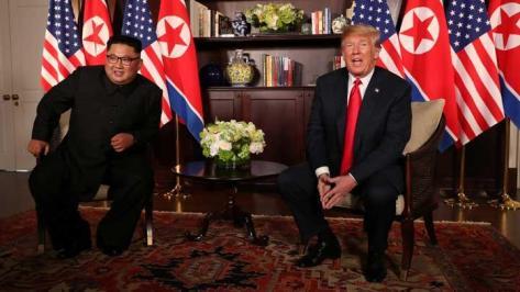 Presiden Donald Trump duduk bersama pemimpin Korea Utara, Kim Jong Un, saat melakukan pertemuan bilateral di Capella, Pulau Sentosa, Singapura, 12 Juni 2018. REUTERS