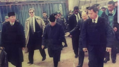 Visit of Soeharto to Bosnia city of Sarajevo during siege in Sarajevo, his adjuntant Mr Sjafrie. Now pension, carrying Soeharto 12 kg plate carrier. Look cool enough. (Defence.pk)