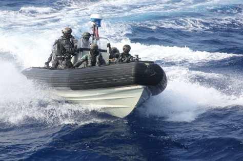 12 personel VBSS AL Australia dalam Latma KRI REM 331 dan HMAS Melbourne (DVIDS) 1