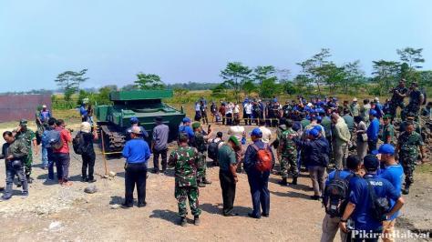 Bodi tank medium Pindad dalam keadaan utuh setelah diledakkan menggunakan TNT seberat 10 Kg. (Pikiran Rakyat) 1