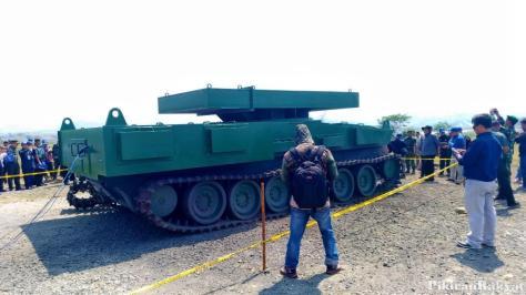 Bodi tank medium Pindad dalam keadaan utuh setelah diledakkan menggunakan TNT seberat 10 Kg. (Pikiran Rakyat) 2