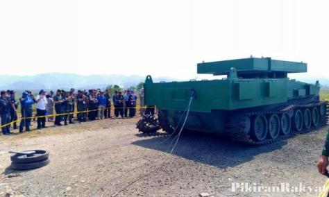 Bodi tank medium Pindad dalam keadaan utuh setelah diledakkan menggunakan TNT seberat 10 Kg. (Pikiran Rakyat)