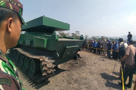 Bodi tank medium Pindad dalam keadaan utuh setelah diledakkan menggunakan TNT seberat 10 Kg. SINDOnews