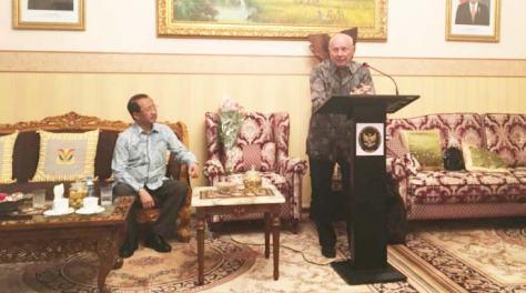 Duta Besar Indonesia untuk Federasi Rusia dan Republik Belarus M. Wahid Supriyadi (kiri) menyimak pidato Vladimir Plotnikov di KBRI Moskow akhir Juni lalu. (Jawa Pos)