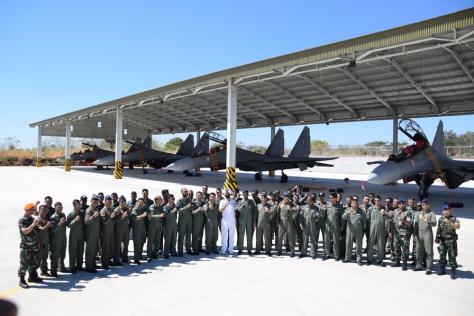 Foto Bersama Danlanud El Tari bersama Delegasi India dengan background Su-30 MKI di Lanud El Tari Kupang