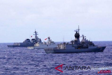 Kapal Perang Indonesia FF Raden Eddi Martadinata-331 (kedua kiri)