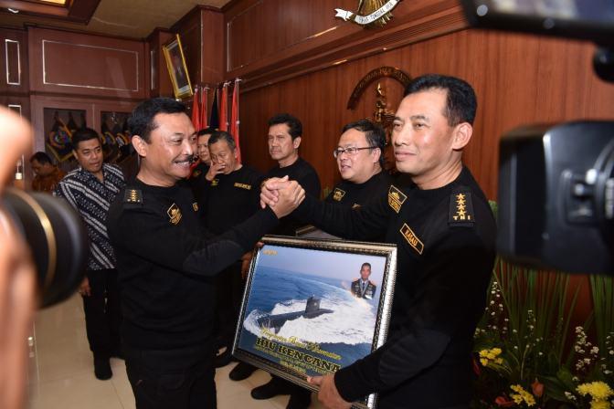 Kasau Terima Brevet Hiu Kencana Jadi Warga Kehormatan Kapal Selam