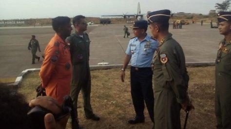 Komandan Lanud El Tari Kolonel (Pnb) Arif Hartono, S.H (tengah seragam biru) didampingi Komandan Squadron Sukhoi Indonesia Squadron 11 Hasanudin Makasar Letnan Kolonel (Pnb) Anton Palagu