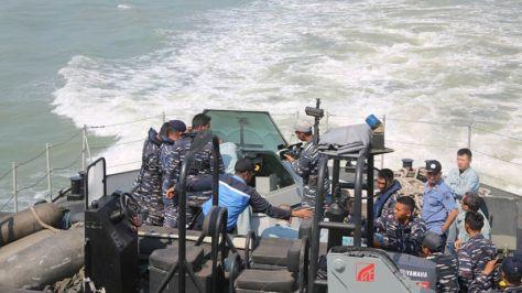 KRI Tombak - 629 mengadakan uji coba tracking dan penembakan meriam 30 mm dengan type gun NG-18. 6 Barrel. 30 mm Naval Gun buatan China. (Koarmada II) 1