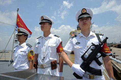 Kru berjaga di atas kapal milik Angkatan Laut China. (AFP)