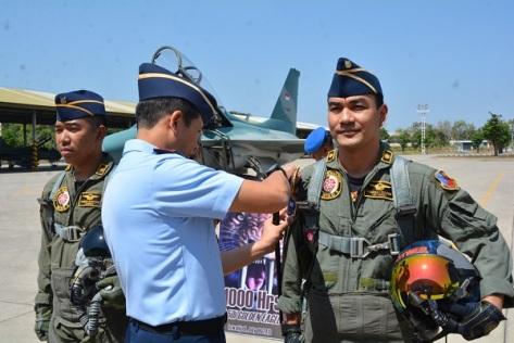 Letkol Pnb Hendra Supriyadi (Saber) dan Mayor Pnb Dharma Gultom (RottweiL), dengan menggunakan pesawat T-50i Golden Eagle. (TNI AU)