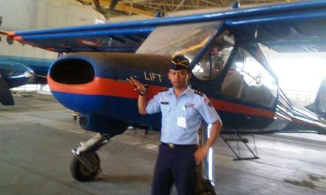Mayor Teknik Heri Heryadi berpose di belakang pesawat Glatik yang akan segera dia renovasi. (Istimewa)