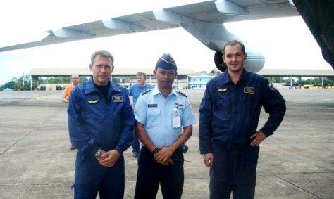 Mayor Teknik Heri Heryadi (tengah) didampingi dua rekannya dari kru super cargo Antonov An-124 100 Capt. Alexei dan Capt. Vladimir pada tahun 2011 lalu. (Jabar Ekspres)