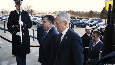 Menhan AS Jim Mattis (kanan) ketika menerima kunjungan Menhan Ukraina Stepan Poltorak di Pentagon, 2 Februari 2018 lalu. (AP)