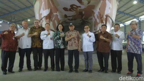 Menhan cek tank boat PT Lundin Industry Invest. (2807) - Menhan Ryamizard Ryacudu dan Bupati Banyuwangi Abdullah Azwar Anas.1