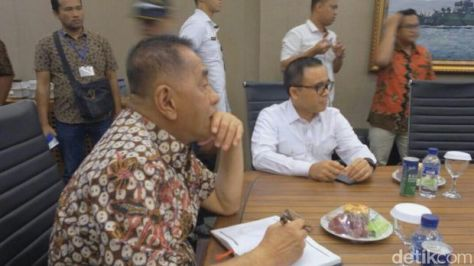 Menhan cek tank boat PT Lundin Industry Invest. (2807) - Menhan Ryamizard Ryacudu dan Bupati Banyuwangi Abdullah Azwar Anas.
