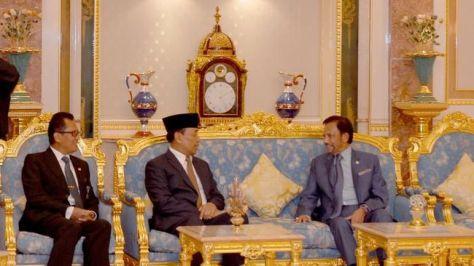 Menkopolhukam Wiranto ditemani Dubes RI untuk Brunei Dr. Sujatmiko menemui Sultan Brunei Hassanal Bolkiah di Istana Nurul Iman, Bandar Seri Begawan, Minggu (1507). (CNN)
