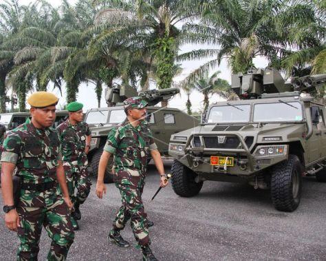 Pangdam I Bukit Barisan, Mayjend Ibnu Triwidodo (kanan), memeriksa alutsista Starstreak di Detasemen Arhanud Rudal 004 Dumai, Dumai, Riau, Senin (9 7). (Antara)