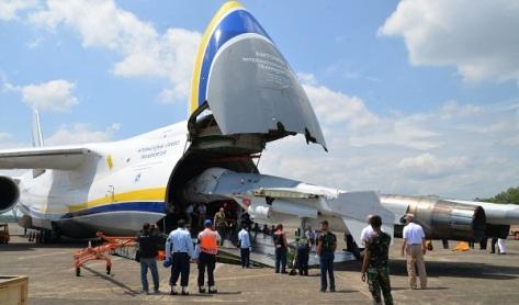 Pesawat Antonov 124-100M-150 International Cargo Transporter milik Rusia tiba di Lanud Sultan Hasanuddin, Makassar pada Kamis siang (03082017). (Fajar)