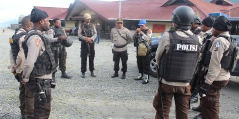 Wakapolres Puncak Jaya, Kompol A.L. Jaya Tampubolon saat memberikan pengarahan kepada 14 personil Polres Puncak Jaya sebelum berangkat menuju Torere. (Istimewa)