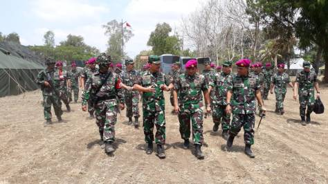 Danlanal Banyuwangi Sambut Kasal Saat Tinjau Latsendu Rajawali 18. (TNI AL)