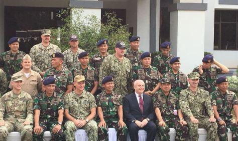 Dubes AS untuk Indonesia Joseph Donovan di tengah prajurit TNI AL dan Angkatan Laut AS. (Sonya Michaella).