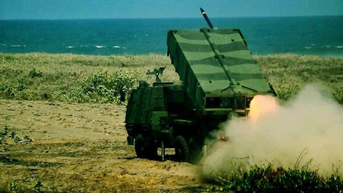 Latihan Menembak Astros II MK 6 dengan Sasaran Darat dan Permukaan Laut