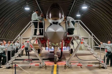 Para staf IDF melihat jet tempur siluman F-35 di Pangkalan Nevatim, 10 Juli 2017. IDF Spokesperson's Unit