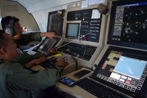 Personel Wing Udara 1 Puspenerbal berkoordinasi memonitor pelayaran kapal cepat dan kapal selam yang berada dalam patrol maritime Pesud