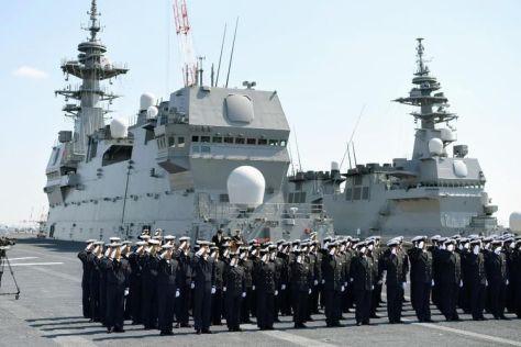 Personil Pasukan Bela Diri Kelautan Jepang (MSDF) memberi hormat dari atas kapal penghancur helikopter, Kaga pada Maret tahun lalu. (Japan Times)