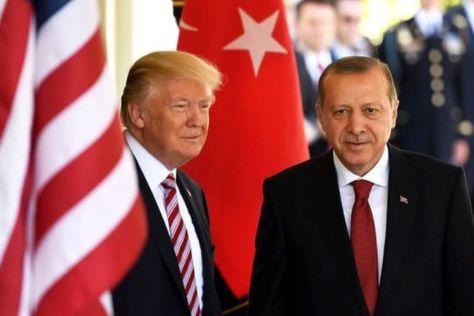 Presiden Amerika Serikat Donald Trump (kiri), ketika bersama Presiden Turki Recep Tayyip Erdogan dalam sebuah pertemuan di Gedung Putih Mei 2017. (Xinhua -Barcroft Images)